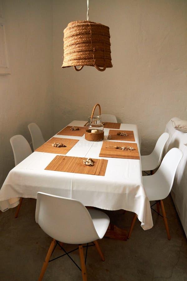 Mesa de comedor con el sistema de sillas fotografía de archivo