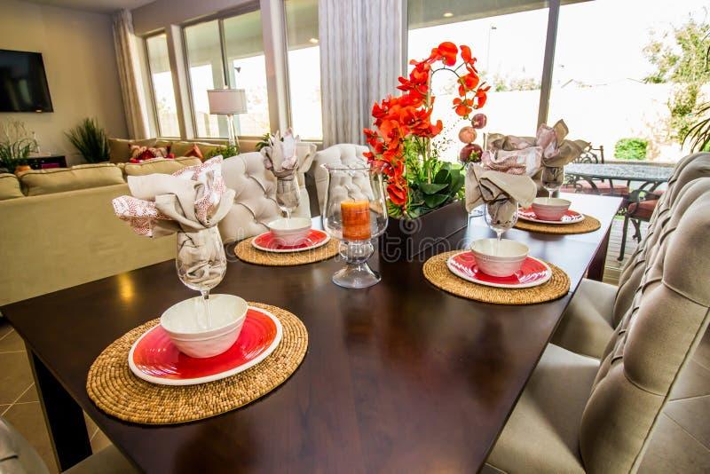 Mesa de comedor con la pieza central y los cubiertos coloridos fotos de archivo libres de regalías