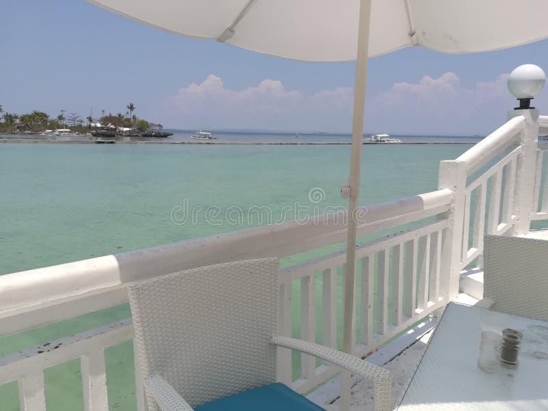 mesa de comedor en el balcón del centro turístico imagen de archivo libre de regalías