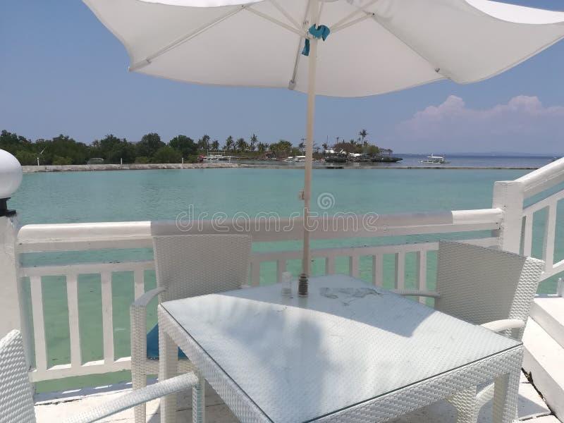 Mesa de comedor en el balcón del centro turístico imagen de archivo