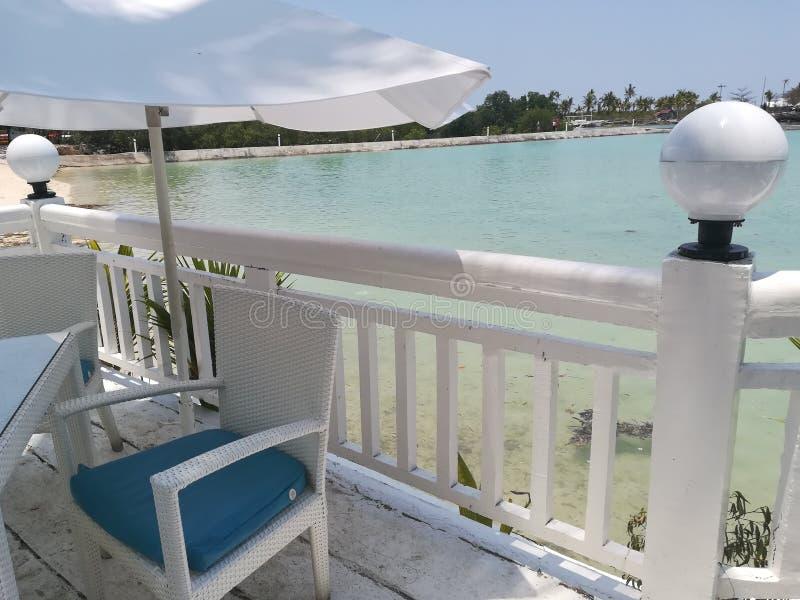 Mesa de comedor en el balcón del centro turístico fotografía de archivo libre de regalías