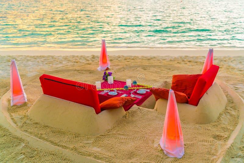 Mesa de comedor en la playa en la isla tropical de Maldivas fotografía de archivo
