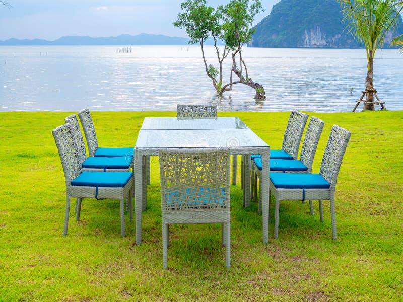 Mesa de comedor fijada con paisaje marino imágenes de archivo libres de regalías