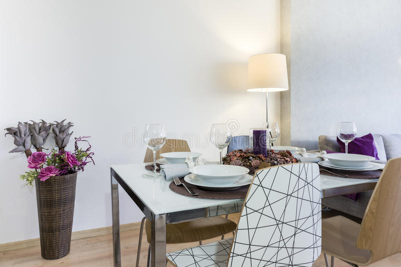 Mesa de comedor puesta en sala de estar moderna fotos de archivo libres de regalías