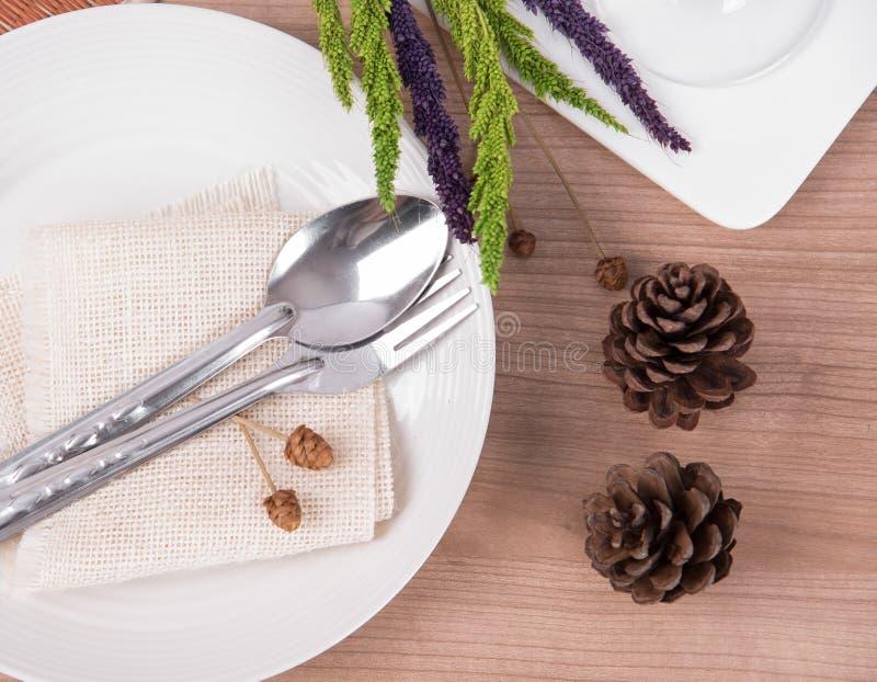 Mesa de comedor que fija la placa blanca con la flor, copa, vintage imágenes de archivo libres de regalías
