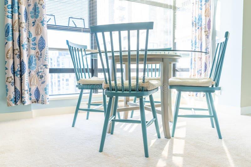 Mesa de comedor y sillas coloridas brillantes, azules y blancas, con la decoración azul y blanca y un esquema interior casero dis fotos de archivo libres de regalías