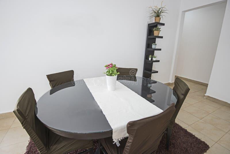 Mesa de comedor y sillas en comedor abierto del plan fotografía de archivo