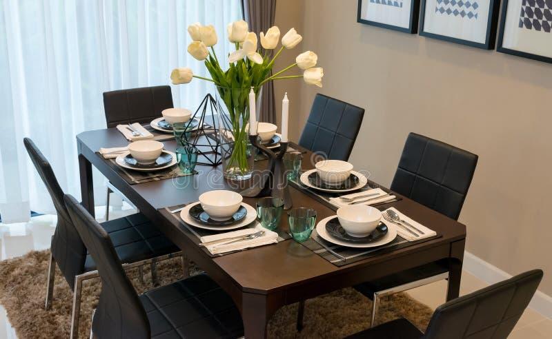 Mesa de comedor y sillas en hogar moderno con elegante for Sillas comedor elegantes