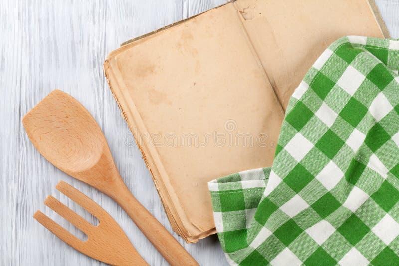 Mesa de cozinha com livro e utensílios da receita imagens de stock royalty free