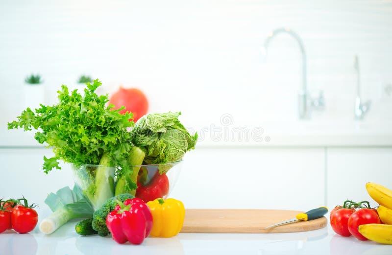 Mesa de cozinha com os vegetais e frutos orgânicos frescos fotografia de stock royalty free