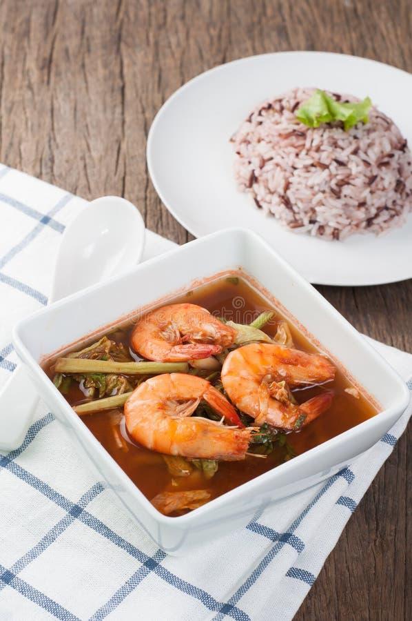 Mesa de cozinha com sopa ácida do ragu dos peixes e do vegetal com shri imagem de stock