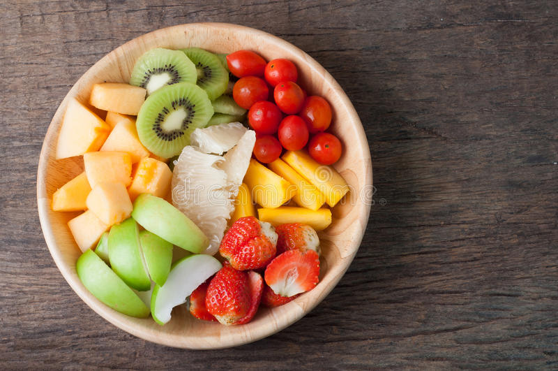 Mesa de cozinha com variedade de frutos na placa de madeira, grupo de USC fotografia de stock