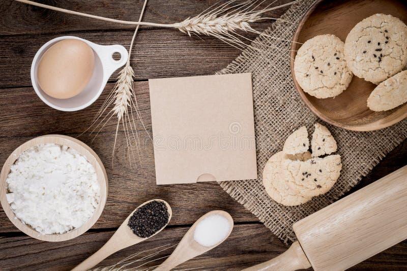 Mesa de cozinha de madeira do vintage rural com a folha de papel vazia velha imagem de stock royalty free