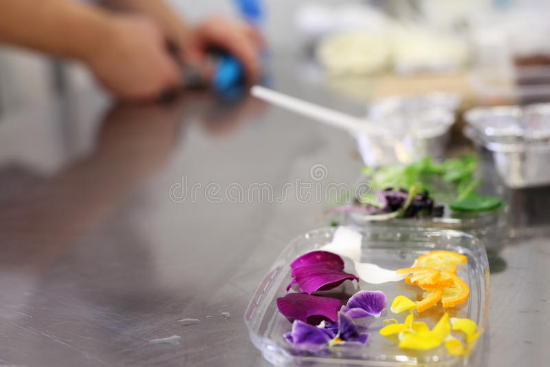 Mesa de cozinha do restaurante foto de stock royalty free