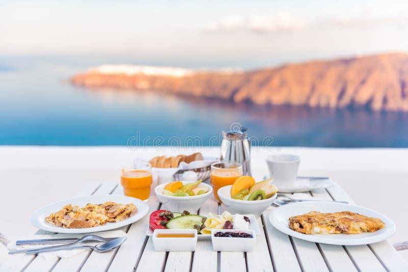 Mesa de desayuno romántica por el mar en Santorini fotos de archivo