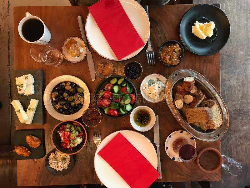 Mesa de desayuno turca con té, café, los atascos frescos, las natillas/Curd Cheese, la miel, la crema, el panecillo y el pan foto de archivo