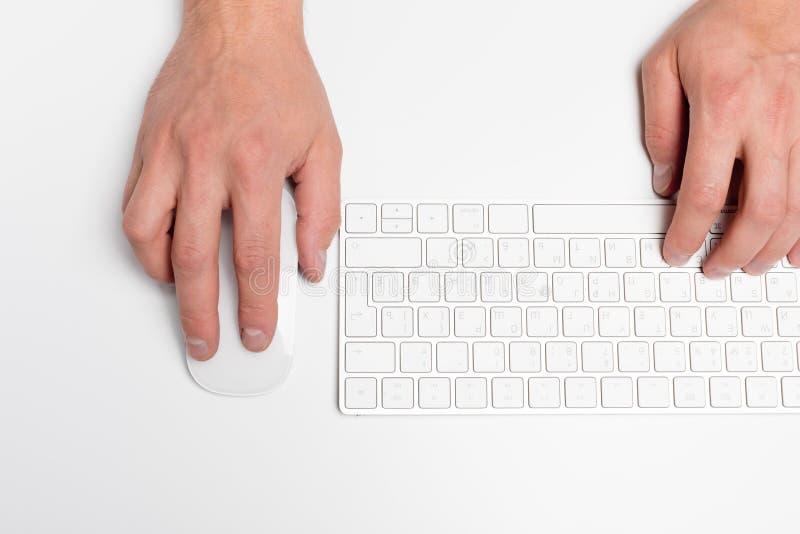 Mesa de escritório branca com computador e fontes tabletop Vista superior com espaço para seu texto foto de stock royalty free