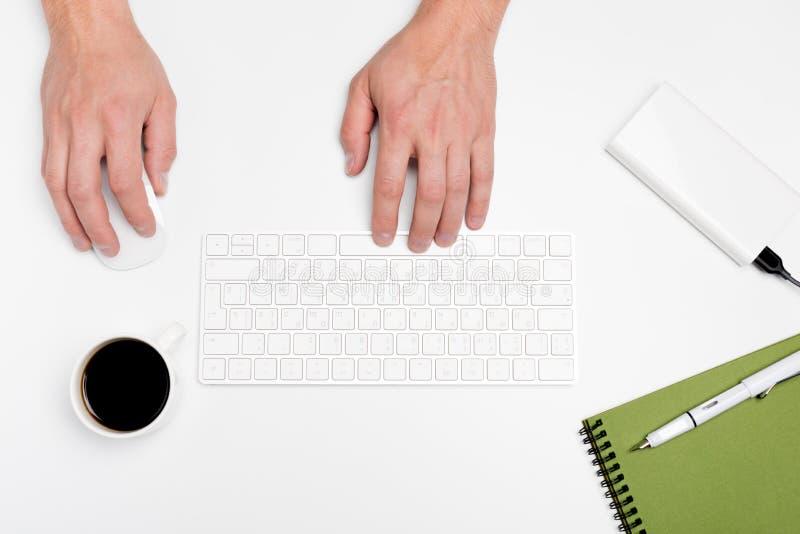 Mesa de escritório branca com computador e fontes tabletop Vista superior com espaço para seu texto fotos de stock royalty free
