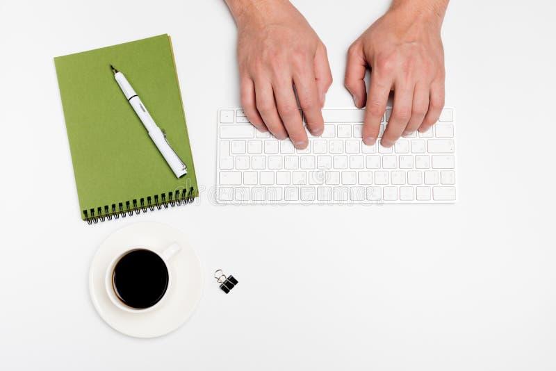Mesa de escritório branca com computador e fontes tabletop Vista superior com espaço para seu texto imagem de stock