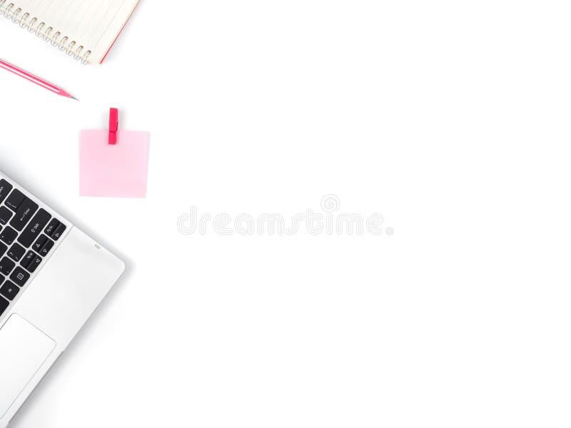Mesa de escritório branca mínima e moderna com portátil e notas e o imagens de stock
