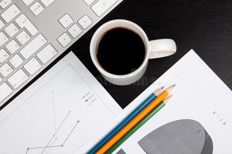 Mesa de escritório com café fotografia de stock