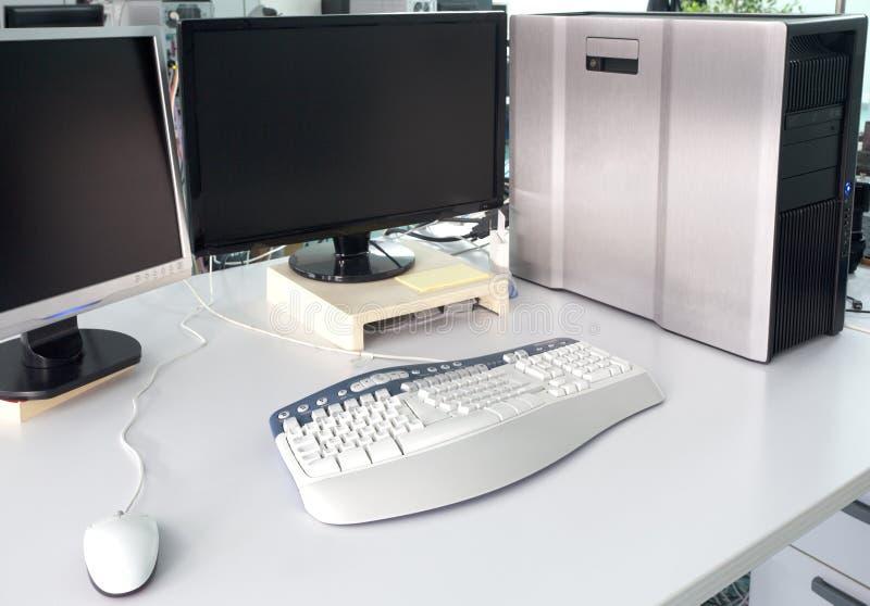 Mesa de escritório com computador imagem de stock royalty free