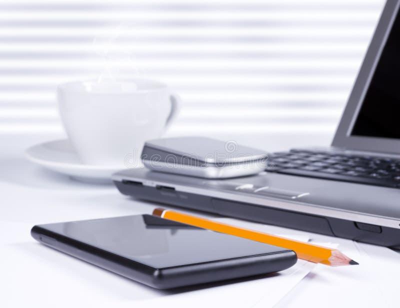 Mesa de escritório com computador e smartphone fotografia de stock royalty free
