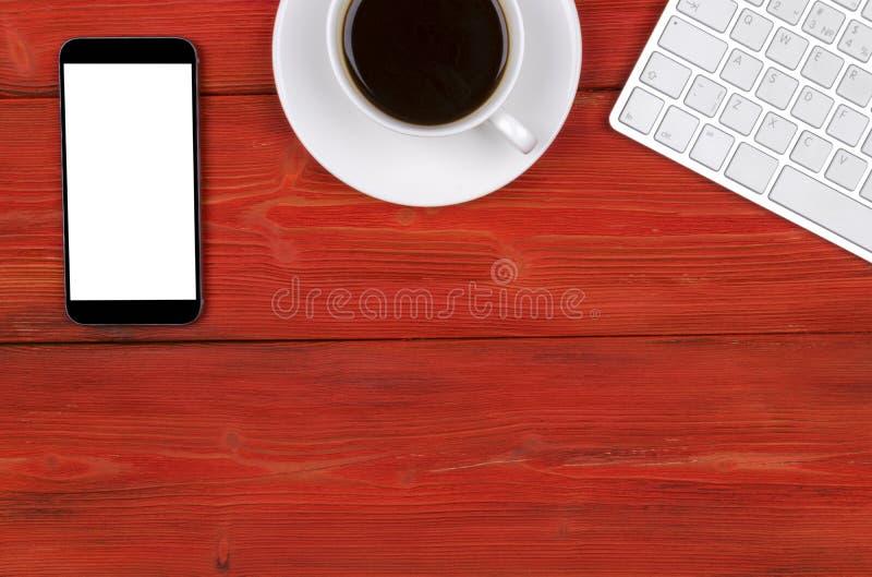 Mesa de escritório com espaço da cópia Dispositivos teclado, rato e tablet pc sem fio de Digitas com a tela vazia na tabela de ma imagens de stock royalty free