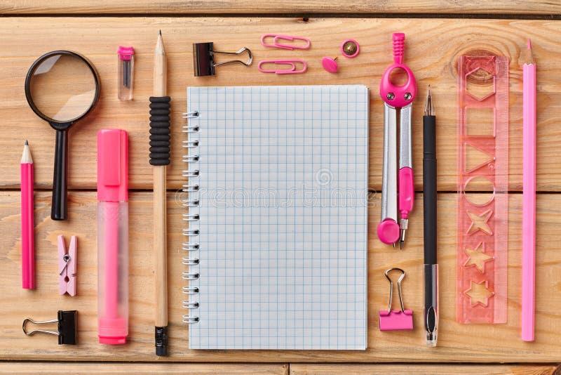Mesa de escritório com grupo de fontes coloridas foto de stock royalty free