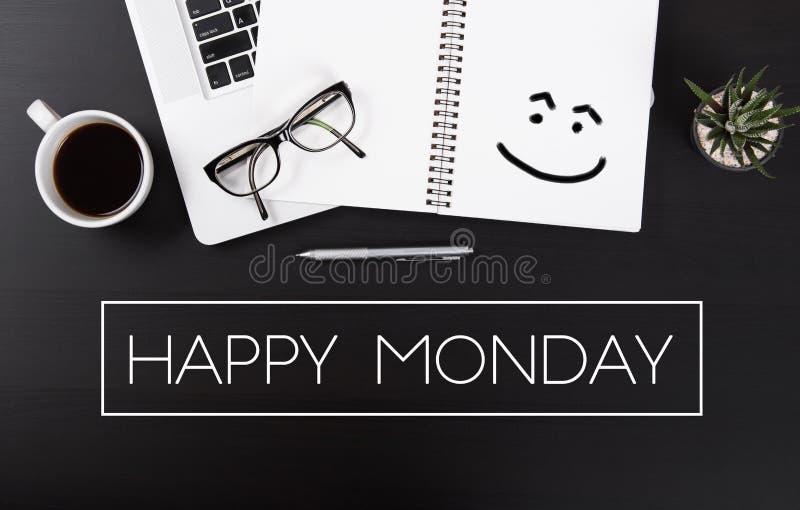 Mesa de escritório com laptop e expressão de segunda-feira feliz fotografia de stock