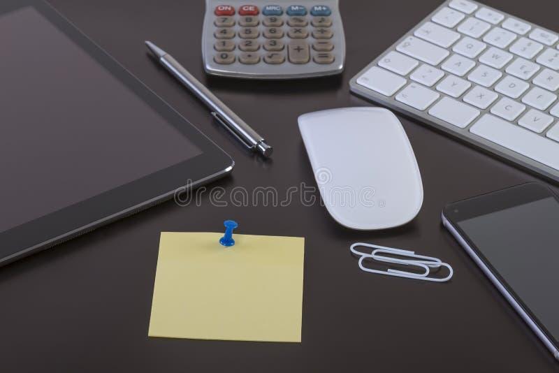 Mesa de escritório com tabuleta e o smartphone digitais fotos de stock royalty free