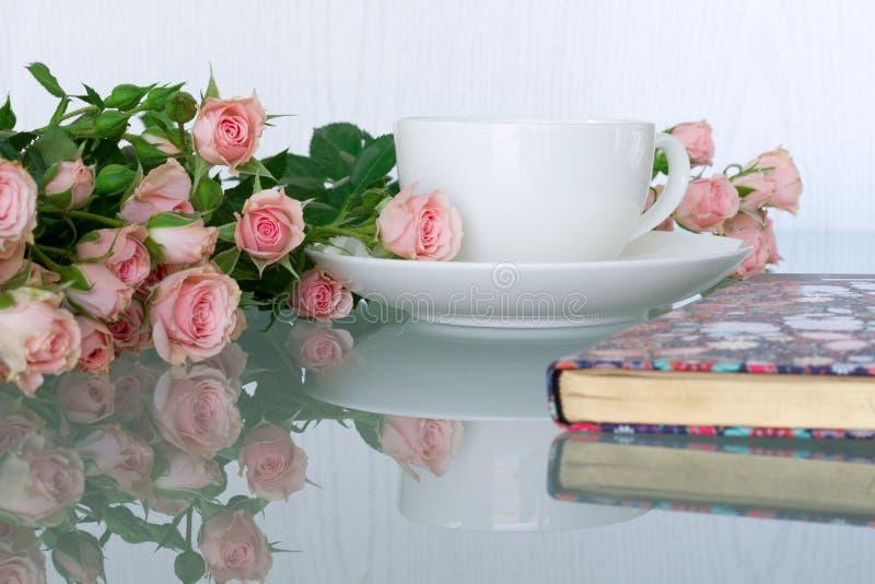 Mesa de escritório da mulher com flores da flor imagens de stock royalty free