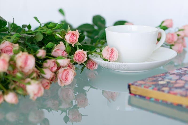 Mesa de escritório da mulher com flores da flor imagem de stock