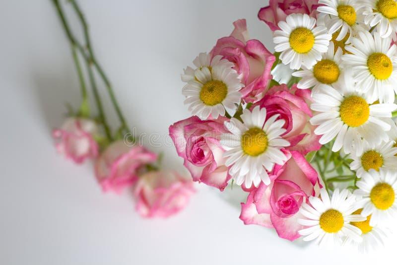 Mesa de escritório da mulher com flores da flor imagem de stock royalty free