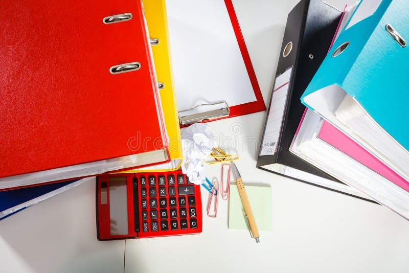 Mesa de escritório desarrumada com os papéis fotos de stock royalty free