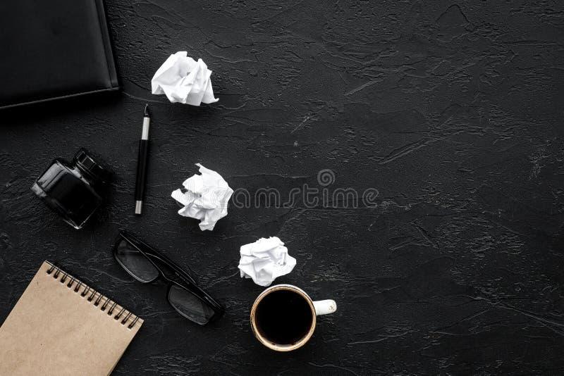 Mesa de escritório do escritor com espaço escuro da opinião superior do fundo do caderno, da tinta, da pena e dos vidros para o t fotografia de stock royalty free