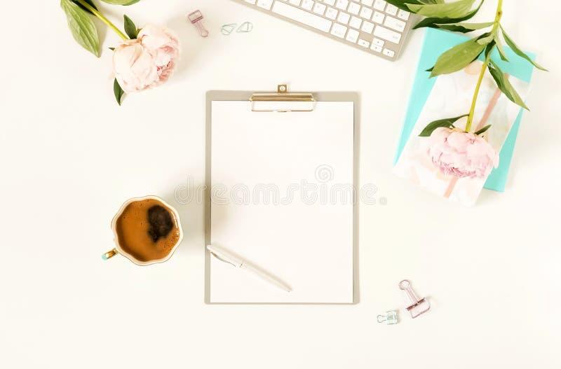 Mesa de escritório lisa do ` s das mulheres da configuração Modelo com prancheta, imagem de stock