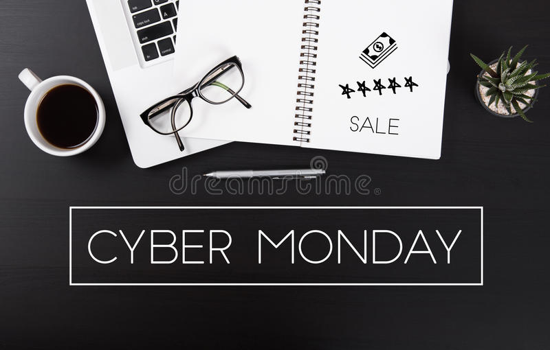 Mesa de escritório moderna com o homepage da mensagem de segunda-feira do Cyber foto de stock