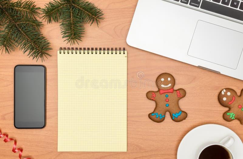 Mesa de escritório, trabalhando em uma tabela de madeira com caderno e Christm fotografia de stock