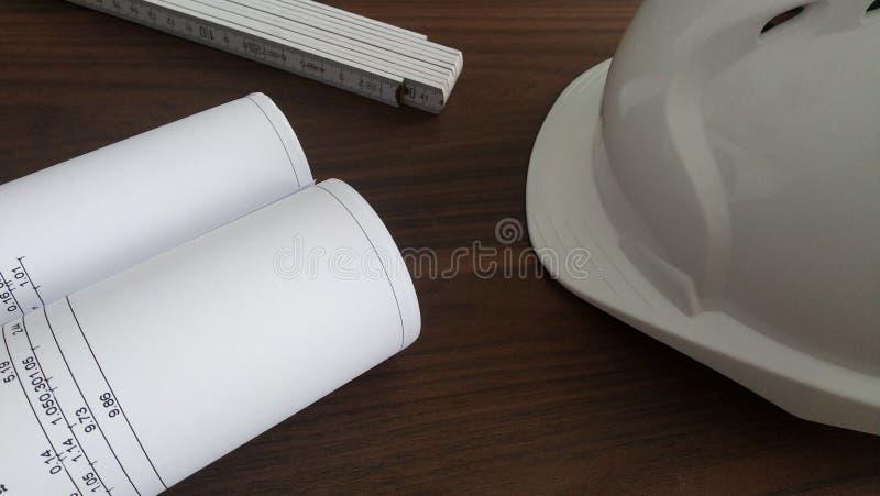Mesa de escrit?rio do planeamento da constru??o foto de stock royalty free