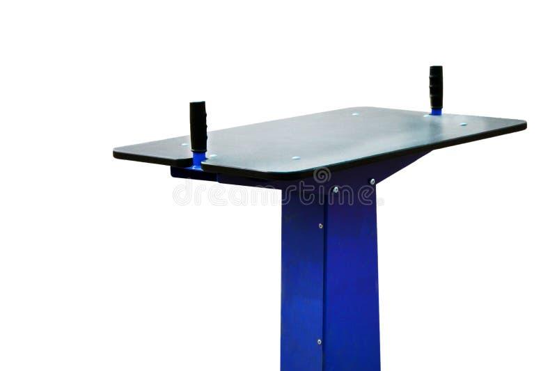 A mesa de esportes para entregar o combate, é medida pela força, em um fundo branco fotos de stock