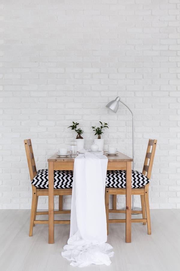 Mesa de jantar coberta no branco imagem de stock