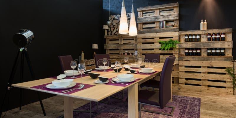 Mesa de jantar decorada com paleta de madeira imagens de stock