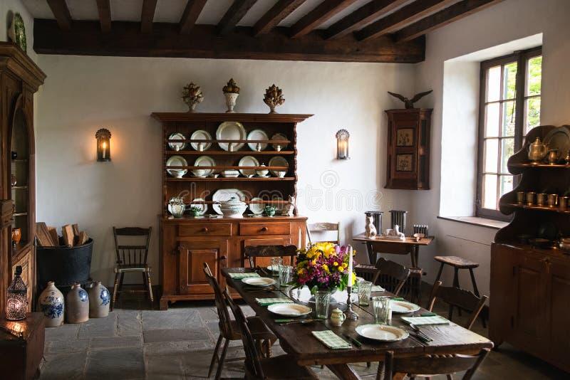 Mesa de jantar e armário de cozinha na propriedade foto de stock royalty free