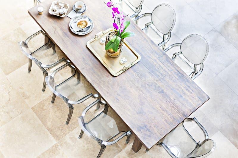 Mesa de jantar de madeira acima da vista com cadeiras pl?sticas imagem de stock royalty free