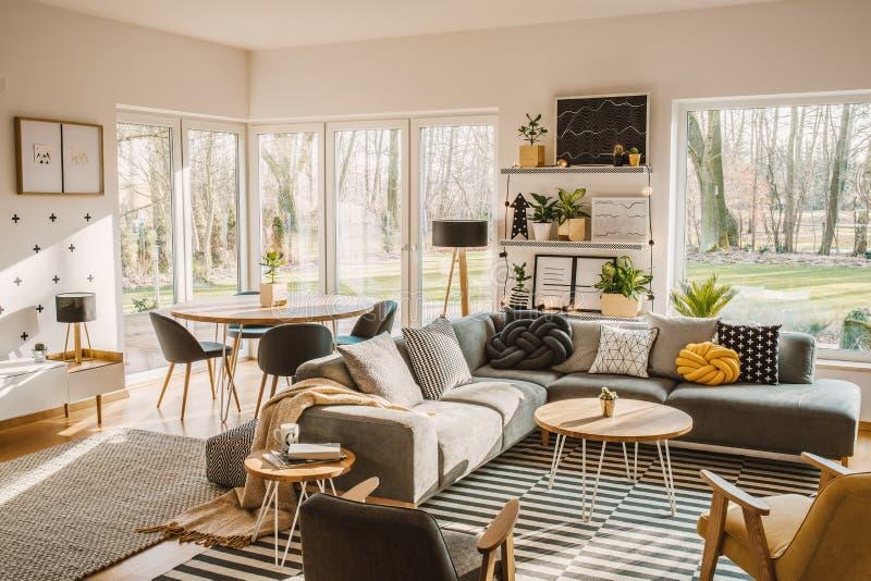 Mesa de jantar de madeira, redonda no canto de uma vida do espaço aberto fotografia de stock royalty free