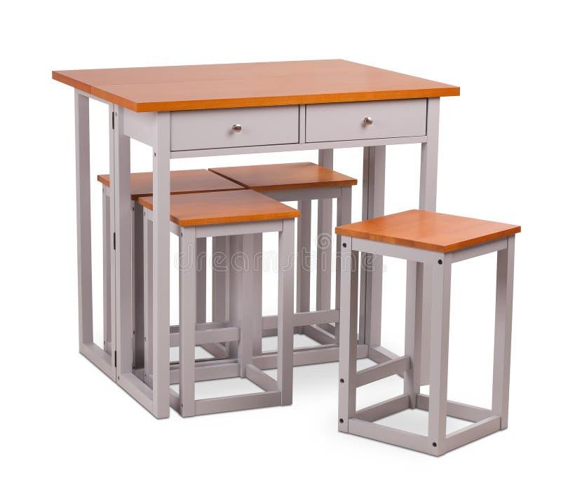 Mesa de jantar quadrada de madeira com quatro cadeiras, tamborete de Brown Desenhista, mesa de jantar moderna e cadeiras isolados fotografia de stock royalty free