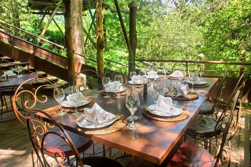 Mesa de jantar sob árvores fotografia de stock