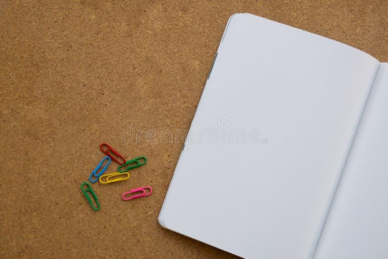 Mesa de madeira do escritório para negócios com clipe, caderno, é neces foto de stock