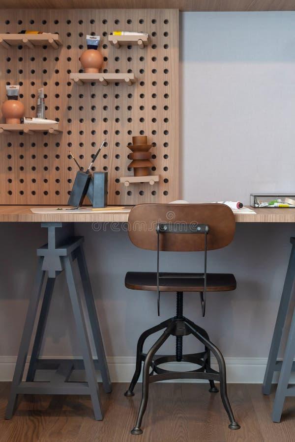 mesa de madeira moderna do estudo no quarto da criança foto de stock royalty free